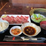 焼肉 海王 - 牛タン定食1300円はワントレーになってテーブルに運ばれて来ました。