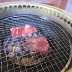 焼肉 海王 - テーブル中央の無煙ロースターで焼くと柔らかい上タンと歯ごたえのあるタン先の食べ比べが出来ますよ。