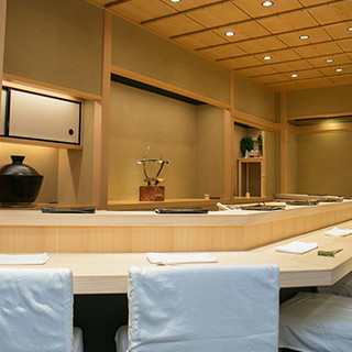 数奇屋造りの洗練された空間。8席だけの特別感溢れる鮨屋
