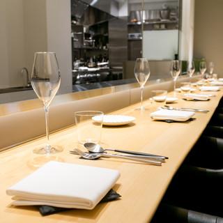 料理、ワインだけでなく、空間すべてを使って『解』を表現する