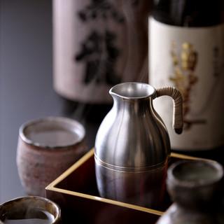 全国から選りすぐりの日本酒を常備。ほんのり酔い気持ちに。