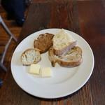 88004390 - チョップドステーキ180g1,620円につくおかわり自由のVironのパン