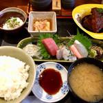 醸しや 大澤 - 大人様ランチ 1,500円、メインはお刺身と煮魚。小鉢、味噌汁、お新香、飲物付き