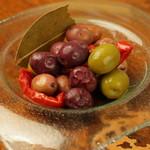 ワインバー繭 - イタリア産オリーヴとドライトマトのマリネ