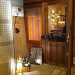 ワイン食堂 つれづれ - ウッディな入り口とライトアップ