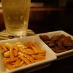バーOwl - チャームは、柿ピーと黒糖空豆!