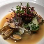 レストラン キモト - 真鯛のポアレ アサリとズッキーニのスープ仕立て パクチースプラウトの香りがアクセント