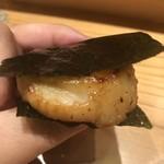 はつね寿司 - ホタテの磯辺を黒七味で
