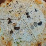 88033520 - タルトゥーホ ネーロ&ラビオリチーズ ピザ