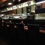 歓中店 - カウンター席には大皿料理が並びます