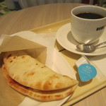 ドトールコーヒーショップ - 料理写真:ブレンドMサイズとカルツォーネ エビとツナのポモドーロソース