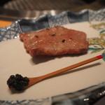 焼肉エクセレント - 最初の1枚はキャビアとともに