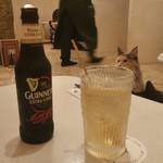 88052541 - 猫カフェでアルコール。ギネスとモスコミュールで。