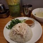 88054244 - 私の選択、パクチー有りカオマンガイの並盛りでデフォルトスープ付きを赤ダレで!