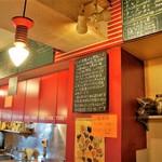 カレーハウス チリチリ - 店内は縦長カウンター