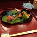 和 あすか - 先付け/姫栄螺、秋田じゅんさい、沢蟹から揚げ、そら豆(蛙)、鯖寿司、海老すり身パンロール揚げ、他1