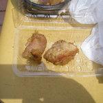 亜細亜的惣菜店 ガパオ飯 - グリーンカレーザンギ、元は串1本に3個ずつあり、2本買って5人で分けました。上の方にちょっとステピ(Jolly Jellyfish参照)が…。