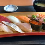 伊豆太郎 - 地魚&人気にぎり 1800円。