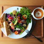 café Blue sofa - 「季節のとれたてサラダランチ」 地元の生産者のみなさんから仕入れた無農薬野菜をふんだんに使った、カラダが喜ぶごちそうサラダです。バゲットとスープ、ドリンク付きのセットです。