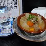 やきとり横綱 - こぼれ日本酒、もつ煮込み