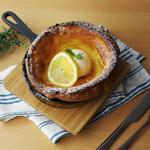 café Blue sofa - 「ダッチベイビー」 サクサク、ふわふわのパンケーキを焼きたてで。シンプルなハニーバターと、レモンの風味が爽やかなハニーレモンの2種類があります(写真はハニーレモン)。※15時以降のみ