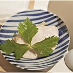 麺屋ま石 - 鶏ムネ、メンマ、三つ葉は別皿での提供。