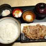 牛の力 - 柔らかく煮込んだ牛皿と白飯と一緒にどうぞ。温玉と牛肉の相性もまろやかで抜群。
