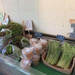 IKURI - またお店の横手では地元で採れた新鮮な野菜も販売されてましたよ。