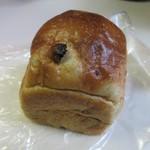 IKURI - レーズンミニ食パン230円。  たっぷりのラムレーズンを厳選した材料で作った生地に練りこみ焼きあげた小ぶりだけど食べ応えのあるパンです。