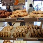 88104476 - 焼きたてなのかな? パンの種類が多いです。