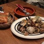 MERAKI KITCHEN - 貝のワイン蒸し、バゲットと好相性