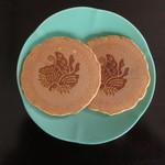 鳥取市歴史博物館 ミュージアムショップ - 料理写真:鳥取藩 池田家 御紋入り やまびこ館オリジナル玉子せんべい