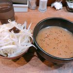 イツワ製麺所食堂 - 野菜は歯ごたえ味共に美味し!       スープは塩加減が強いですが出汁が効いてて美味しいです!