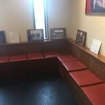 彩華ラーメン  - 待合席にはサインが飾ってあります。