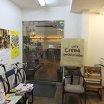 Cafe Crema - エントランス。様々なフリーペーパーが。