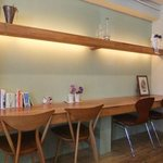 Cafe Crema - おひとり様はコチラのテーブルを。
