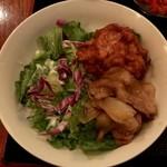 やきとり酒場 - カレーライス ¥700 に付く鶏唐揚、豚バラ生姜焼
