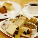 ベーカリーカフェブラッサム - 料理写真:人気の本日のデリランチ。日替わりのデリ5品と主食とドリンクがつきます。
