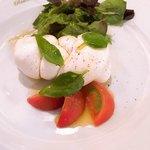 88154306 - 三つ編み状に編んだ水牛のモッツァレラチーズとフルーツトマトのサラダ シチリア産エクストラバージンオリーブオイル