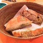 88154309 - イチジクのパンとブルーチーズ入りのパンの2種