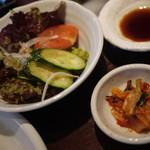 焼肉 万蔵 - ランチセットのサラダとキムチ