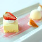 88156636 - ランチセット 2035円 のチーズケーキ苺添え、ヨーグルトアイス