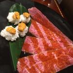 焼肉門門 - 名物らしい。雲丹の手毬寿司をサーロインで包み卵に潜らせて食べる。