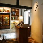 お茶と酒 たすき - 店内(喫茶スペース入口)