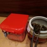 九州とんこつラーメン ひろ - 紅生姜と自家製高菜