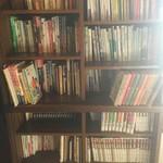 元祖へっころ谷 -  【充実の書籍コーナーは貸し出しOK】 食・農・体・環境・発酵・社会・生き方・スピリチュアルなどを中心としたタイトルが並んでいます。 読み切れないときは貸し出しもしています。