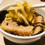 東京アンダーグラウンドラーメン 頑者 - どっぷり浸して麺リフト!