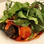 キャナリィ・ロウ - 料理写真:レモングラスのアジアンサラダと漁師風トマトソースのパスタ