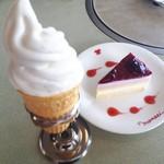 肉の万世  - ソフトクリームとブルーベリーとレモンムースのケーキ。
