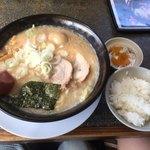 麺山 - 料理写真:とんこつ醤油味玉子ラーメン+ライス・漬物(サービス)